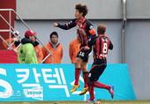 图文:首尔2-1全北 首尔队长河大成庆贺破门