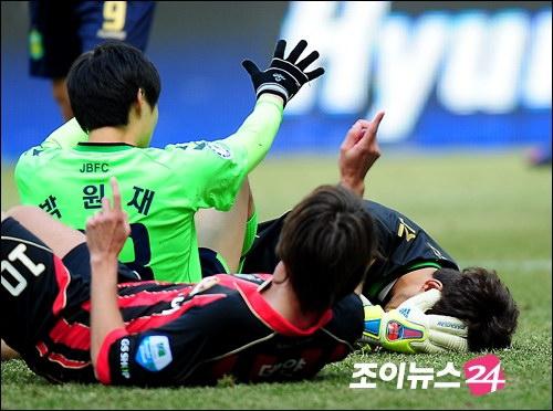 图文:首尔2-1全北 全北门将倒地瞬间