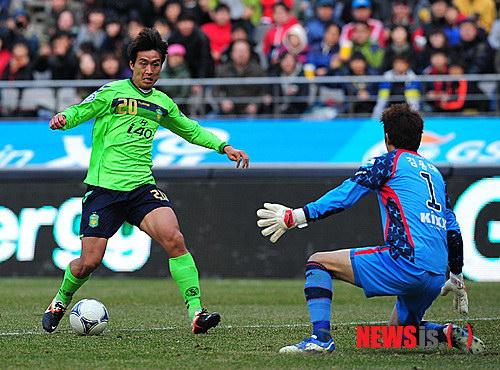 图文:首尔2-1全北 李东国PK金龙大