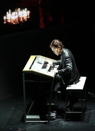 日本音乐家神田将正在演出中使用电子管风琴.图片