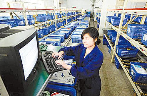 江西新华发行集团图书配送部的图书主动配送流水线(资料图)