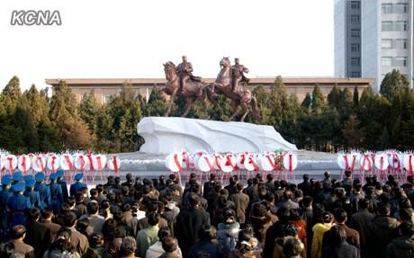 3月25日,朝鲜在平壤举行向金日成和金正日铜像及金正日太阳像敬献花圈仪式