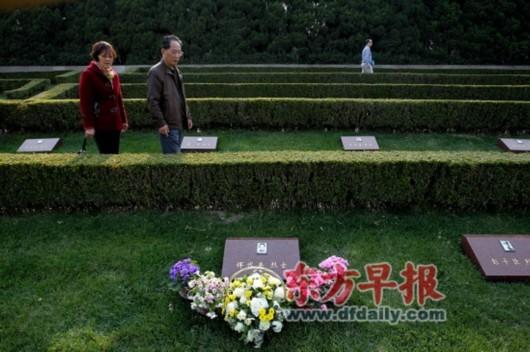 3月25日,市民在龙华烈士陵园祭扫