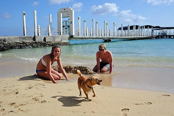 国外海滩上的沙滩美女图