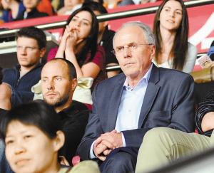 前英格兰队主帅瑞典人埃里克森坐在观众席上现场观看恒大队的本场大胜,引发关于恒大队的换帅猜测。