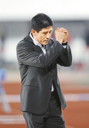 恒大队主教练李章洙赛后向球迷致谢