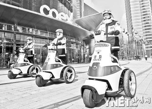 3月25日,韩国警察在核安全峰会会场首尔COEX会展中心外执勤