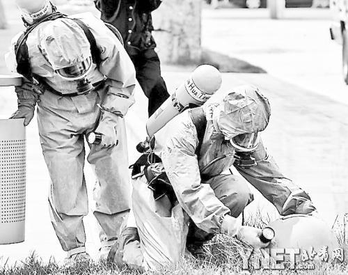 """2009年6月9日,全副武装的中国特警在演习中检测""""核脏弹"""""""