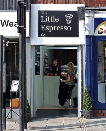 英国男子开了一间面积仅为2平米的咖啡店,有望入选吉尼斯纪录,成世界最小咖啡店。
