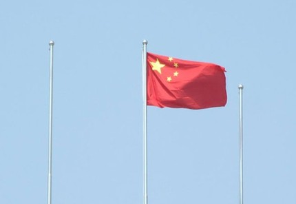 3月26日,江苏淮安市清河区西安北路国资委大楼上,一面鲜艳的五星红旗图片