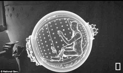 """""""深海挑战者号""""是由澳大利亚工程师打造、仅能容纳1人的深潜器。这艘潜艇上安装有多个摄像头,同时具备有赛车和鱼雷的高级性能。"""