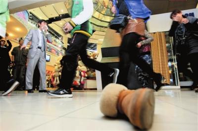 在进行疏散时,商场顾客将鞋子跑丢。本报记者欧阳晓菲摄