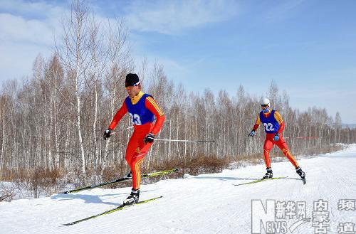 ...雪上训练中心选手许文龙(前)在男子15公里越野滑雪比赛中.最...
