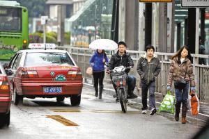 除不得逆行的交通管理规定外,自4月1日起,电动自行车上路还将受到更多限制和规范。深圳特区报记者 张耀波 摄