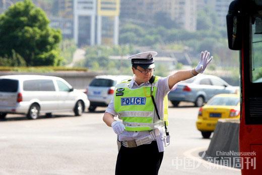 2010年8月18日,时任重庆市公安局局长的王立军身着交巡警服, 在早高峰时间段上街指挥交通。图/CFP