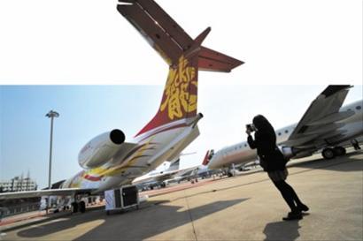 """成龙购买的公务机机尾上喷涂了""""龙""""字-富豪 名企成公务机消费主力"""
