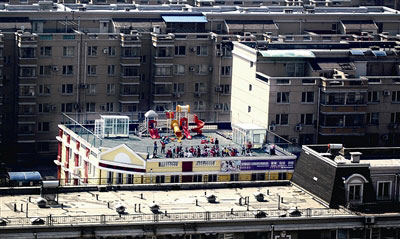 幼儿园的楼顶上有滑梯、沙堆,俨然一个小儿童乐园摄/记者付丁
