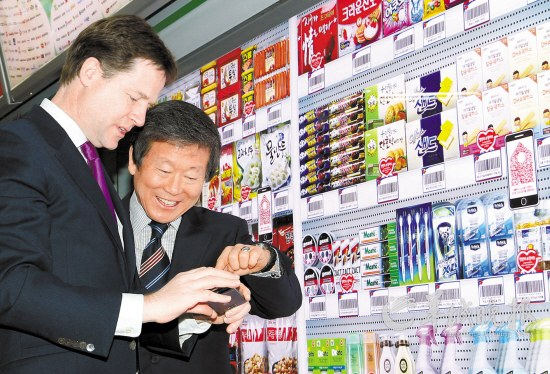 26日,英国副首相体验搭乘韩国地铁