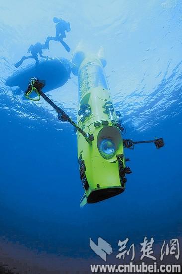 图为:潜水器完成探险正在上浮