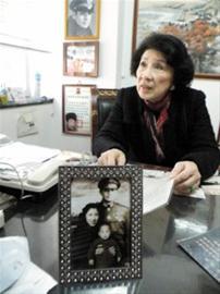 王玉龄在接受采访,摆在桌前的是她和张灵甫的合照 晚报记者王煜现场图片