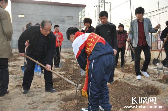 3月26日下午,河北省委办公厅驻巨鹿工作组的干部们来到苏营中心小学