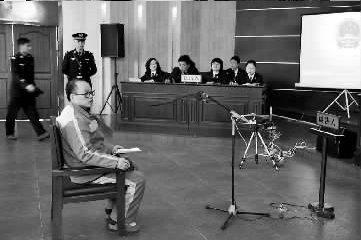 嫌疑人赵波在法庭上。申�B琴