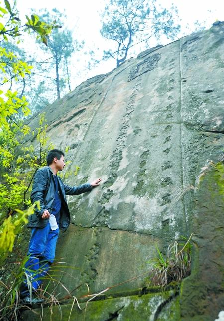 """昨日,歌乐山,贾老师讲述发现""""石壁圣旨""""的过程。 记者 张路桥摄"""