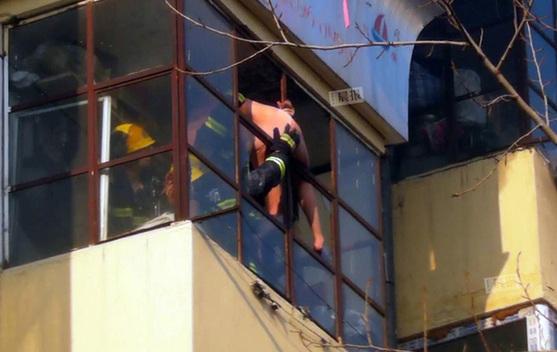 一名30岁左右的女子仅穿着内裤从阳台逃生.