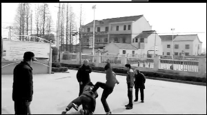 90后少年正在暴打老人(视频截图)