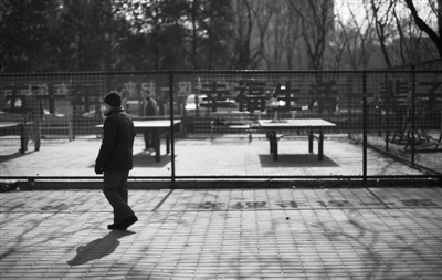 3月26日,一位老人在北京西坝河西里社区散步。如何保障养老金安全,成为养老金入市之争的关键问题。本报记者 周岗峰 摄