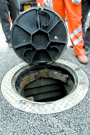 马路新式井盖能防下沉还能减震