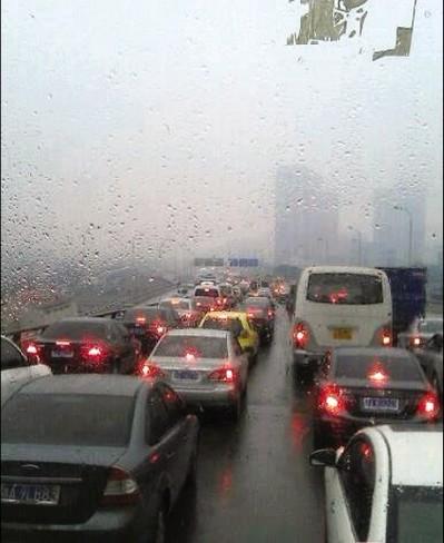 昨日上午,猴子石大桥附近,车流已经堵成长龙。图/网友提供