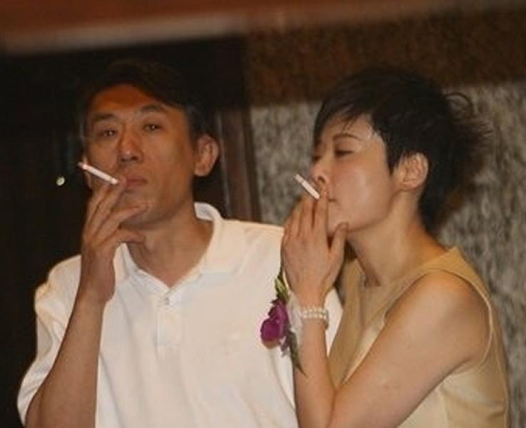 盘点女星吸烟不雅照 刘亦菲赵薇中招组图 搜