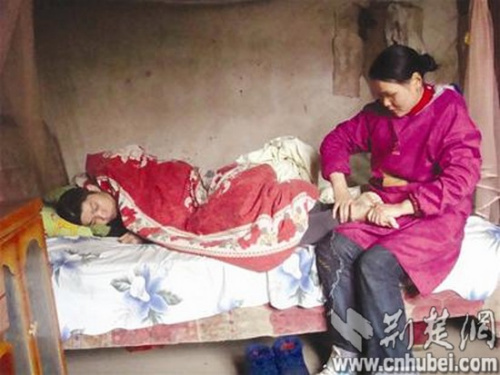 """植物人 丈夫 妻子/一场车祸后,丈夫虽然保住了性命,却成了一睡不醒的""""植物人""""..."""