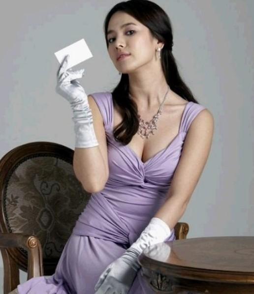 宋慧乔也是小脸大胸美女的典型代表