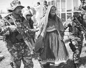 男扮女装的塔利班武装分子被抓获