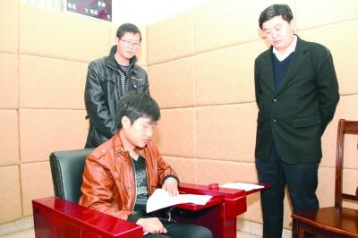 徐某在接受审讯。国柱 宏伟 摄