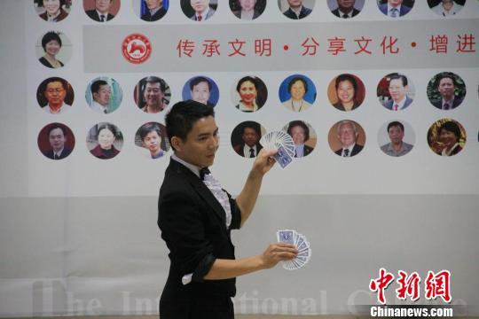 留学生和中国学生一起合唱歌曲 对不起,我的中文不好