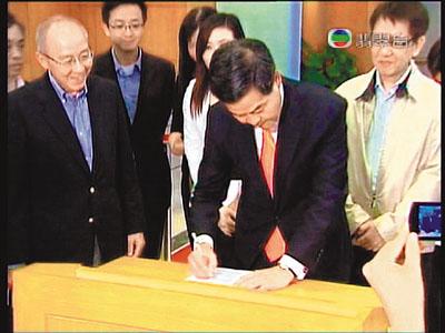 香港候任行政长官梁振英昨日签署法定声明,确认无任何政党背景。 图片来源:香港文汇报