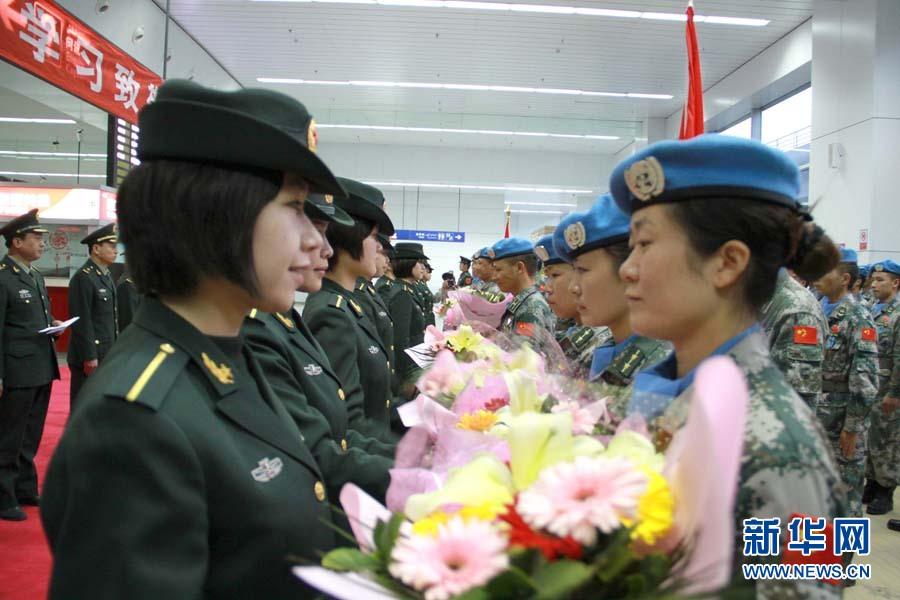 与维和官兵握手。