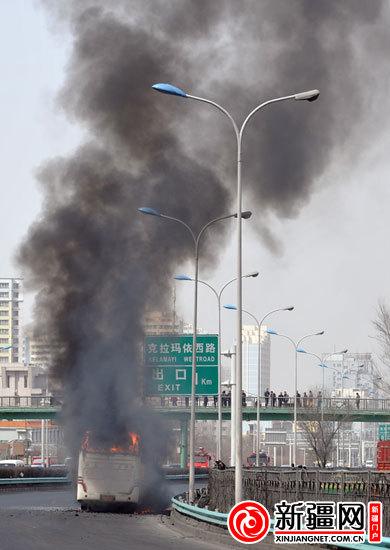 自燃的车辆冒着浓烟(本网记者陈岩摄)