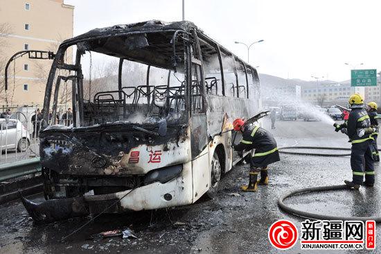消防队员在扑灭自燃车辆余火(本网记者陈岩摄)