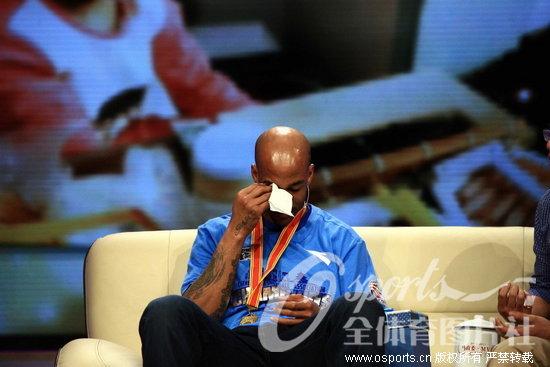 """人民网4月1日电昨晚,CBA联赛新科冠军北京男篮做客北京电视台录制节目,访谈中,马布里再次落泪,而且""""马政委""""也收到了一位神秘球迷送给他的特殊礼物。"""