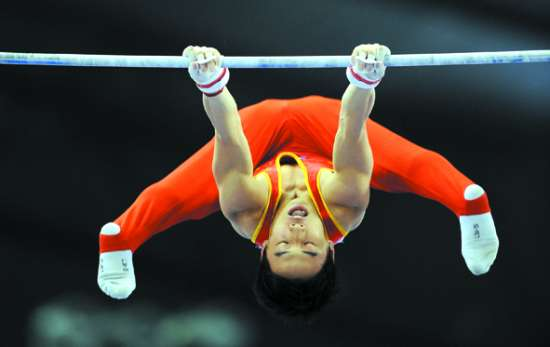 奥运冠军邹凯的单杠,杜伟的跳马和郭伟阳的双杠为中国队包揽了当日