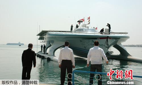 """2012年3月30日,埃及伊斯梅利亚,瑞士建造的世界最大太阳能船""""星球太阳能号""""穿越伊斯梅利亚附近的苏伊士运河。"""