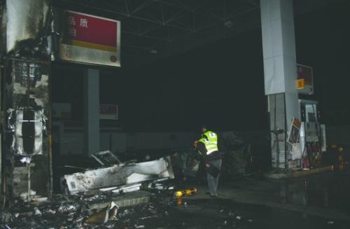 加油机被撞倒,轿车烧成光架架