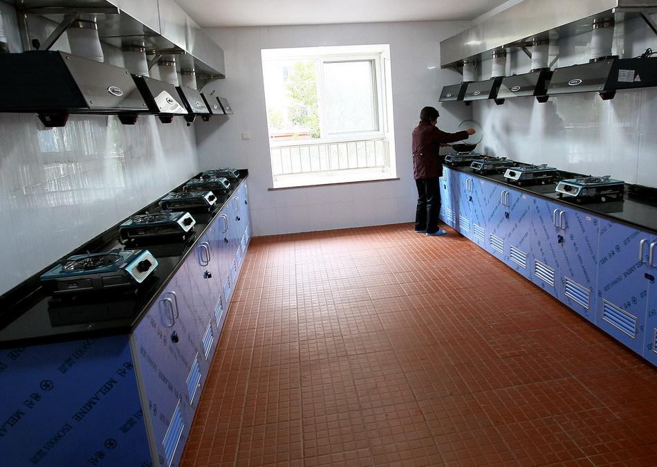 上海公租房园区内可供10户人家同时用的公共厨房(组图图片