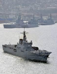 """4月1日上午,日本运输舰""""大隅""""搭载地对空拦截导弹""""爱国者-3"""",从广岛县的海上自卫队吴基地出发,前往冲绳县宫古岛。(共同社)"""