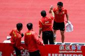 图文:世乒赛中国3-0德国6连冠 教练击掌祝贺