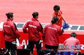 图文:世乒赛中国女团3-0新加坡 郭跃致意对手